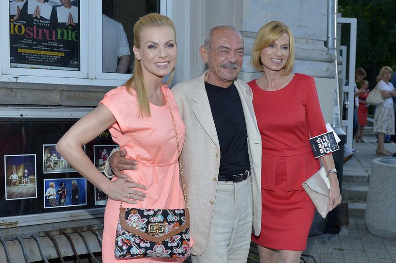 Karolina Nowakowska (L) z tatą Markiem (C) i mamą Jiřiną (P) /AKPA