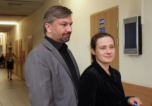 Karolina (P) i Bartosz (L) Bajkowscy przed salą rozpraw /fot. Jacek Bednarczyk /PAP
