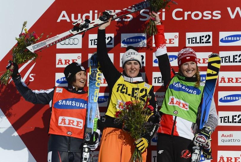Karolina Riemen-Żerebecka (z prawej) na podium zawodów Pucharu Świata /AFP
