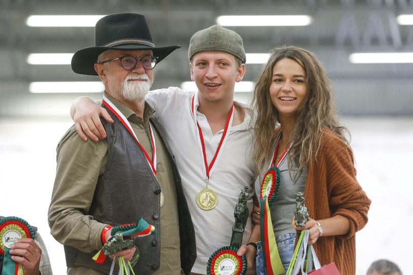 Karolina Sawka z ojcem i partnerem - Maciejem Musiałowskim podczas Mistrzostw Gwiazd Art Cup 2021 /Michal Baranowski /AKPA