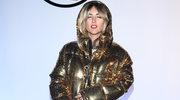 Karolina Szostak w złotym płaszczu na salonach. Spodobają jej się te zdjęcia?