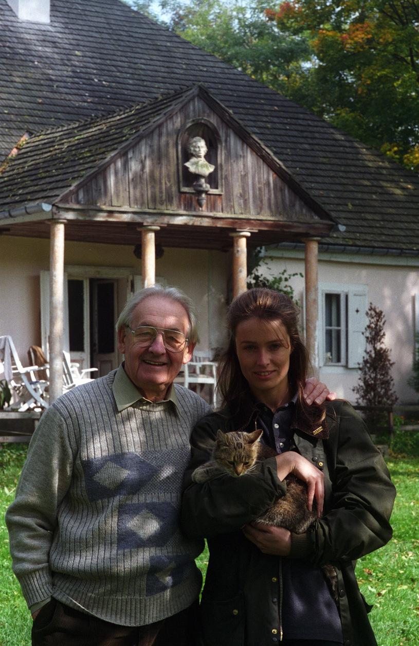 Karolina Wajda z tatą przed dworkiem /Czeslaw Czaplinski/FOTONOVA /East News