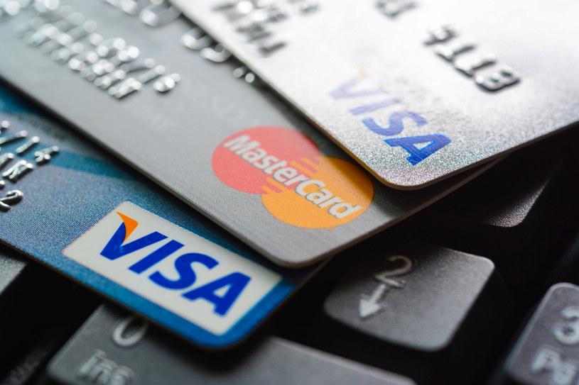 Karta płatnicza coraz częściej zastępuje pieniądz /123RF/PICSEL