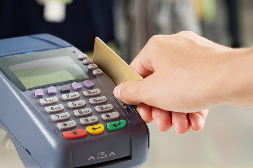 Kartą zapłacisz także w niektórych urzędach /© Glowimages