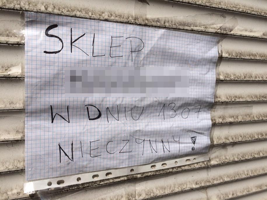 Kartka na drzwiach do sklepu /Adam Górczewski /RMF FM