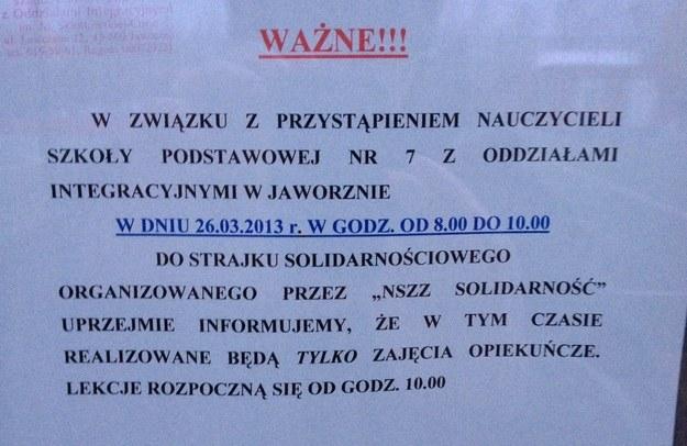 Kartka z informacją o proteście na drzwich szkoły w Jaworznie /Maciej Grzyb /RMF FM
