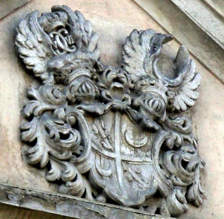 Kartusz herbowy na szczycie fasady pałacu w Łomnicy /Odkrywca