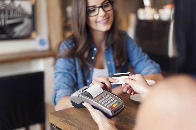 Karty płatnicze stają się nieodłącznym elementem naszego życia /©123RF/PICSEL