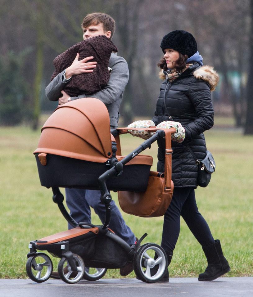 Kasia Cichopek i Marcin Hakiel na spacerze z córką /Foto IP