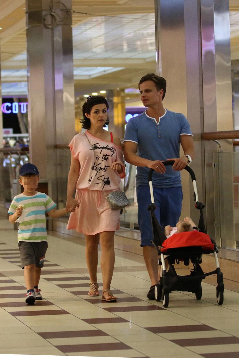 Kasia Cichopek i Marcin Hakiel z dziećmi: synem Adamem i córką Heleną /Foto IP