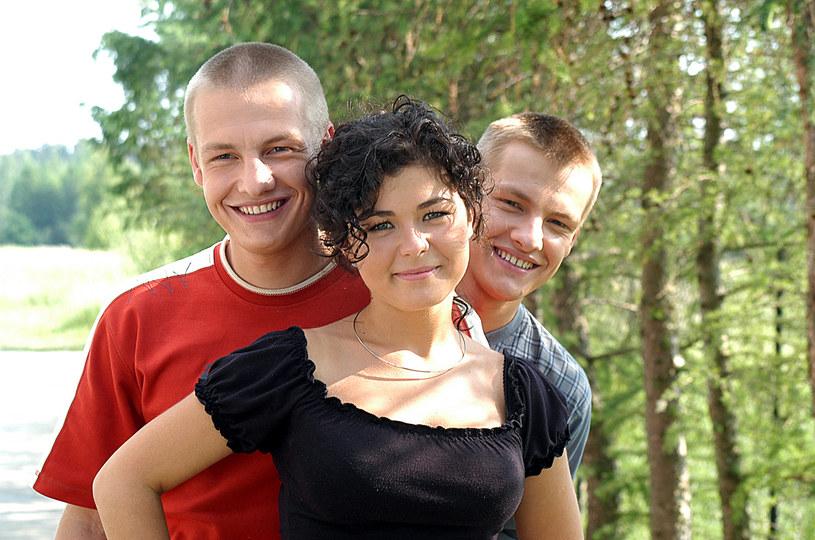 Kasia Cichopek oraz Marcin i Rafał Mroczkowie tak wyglądali na początku serialu /Niemiec /AKPA