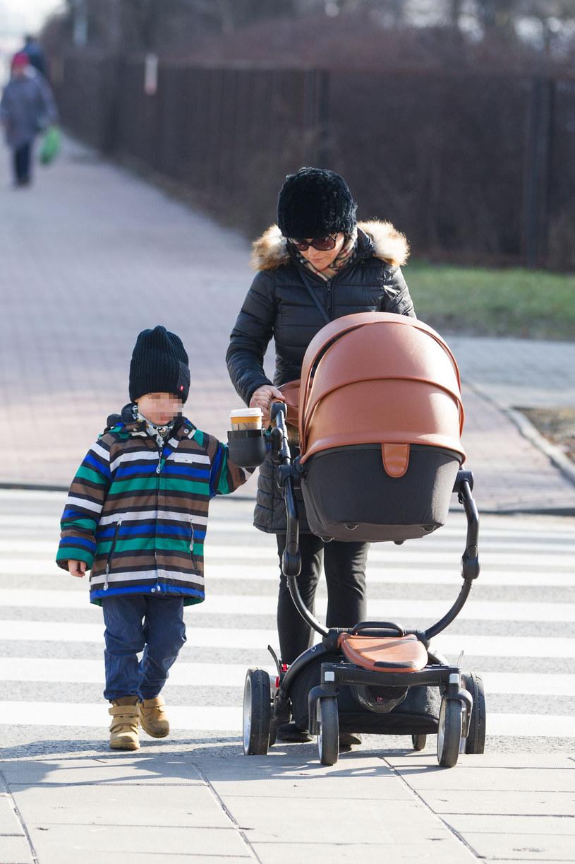 Kasia Cichopek z synem i córką na spacerze /Foto IP