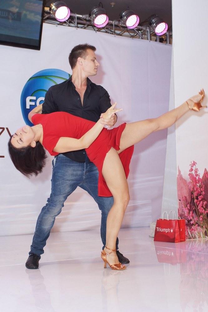 Kasia lepiej odnajduje się w tańcu? /- /East News