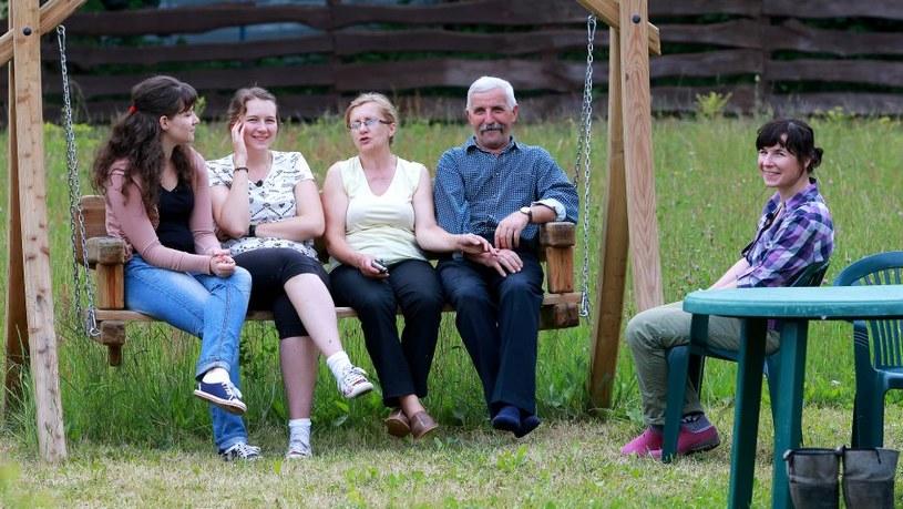 Kasia, Marysia i Ula z rodzicami Szymona /TVP