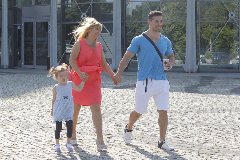 Kasia Skrzynecka z mężem i córką Alikią Ilią, 2016 rok /AKPA