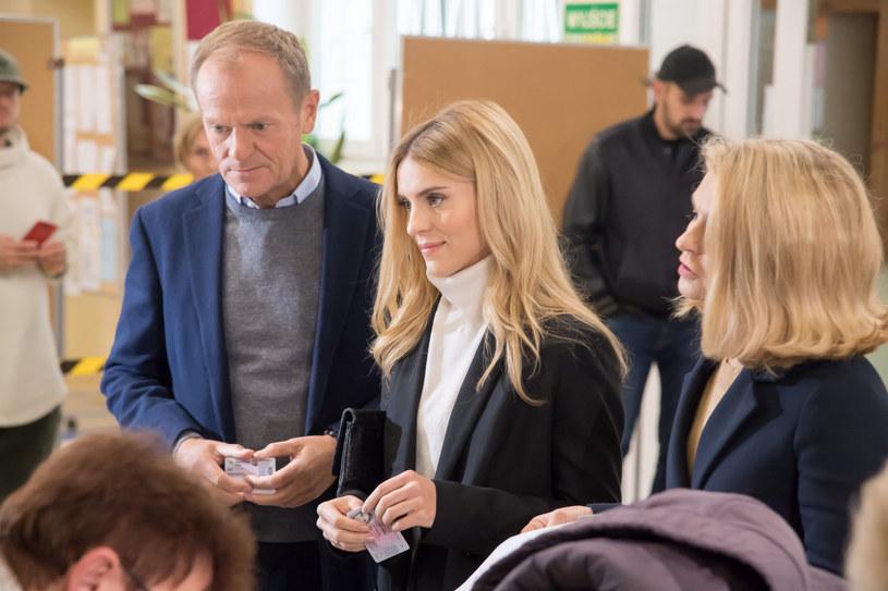 Kasia Tusk z rodzicami na wyborach /Wojciech Strozyk/REPORTER /Reporter