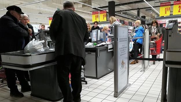 Kasjerzy mocno podzieleni w kwestii wydłużenia zakazu handlu /MondayNews