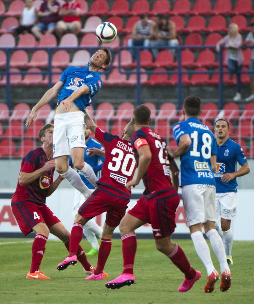 "Kasper Haemaelaeinen (""główkuje"") w meczu Videoton - Lech /PAP/EPA"