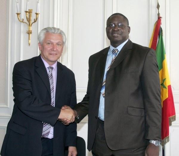 Kasperczak i Mbaye Ndoye, prezes Senegalskiej Federacji Piłkarskiej /AFP