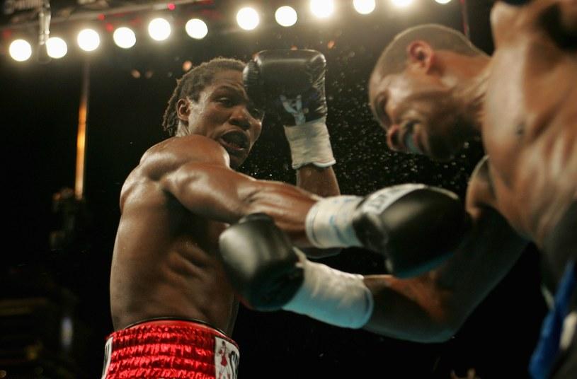Kassim Ouma (z lewej) podczas walki z Verno Phillipsem o mistrzostwo świata IBF /Doug Benc /Getty Images