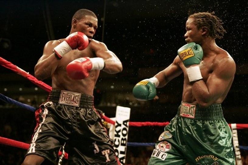 Kassim Ouma (z prawej) w pojedynku z Jermainem Taylorem /AFP