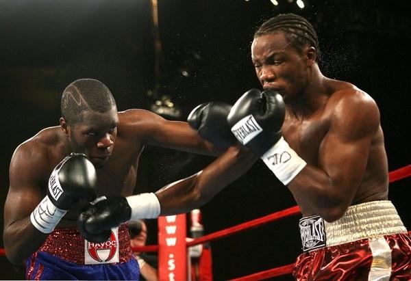 Kassim Ouma (z prawej) w pojedynku z Sechew Powellem /AFP