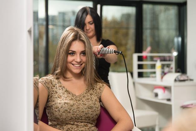 Kasy fiskalne pojawią się m.in. w salonach fryzjerskich /©123RF/PICSEL