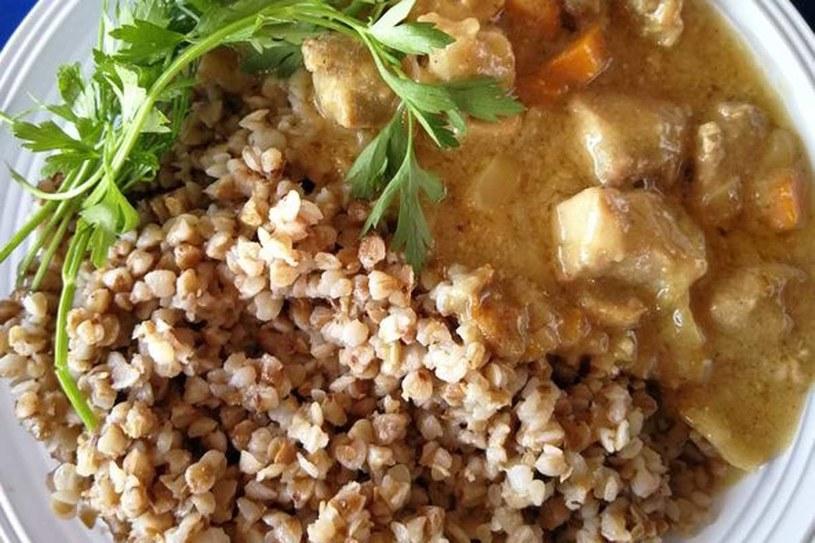 Kasza gryczana idealnie pasuje do potrawki z kurczaka /123RF/PICSEL