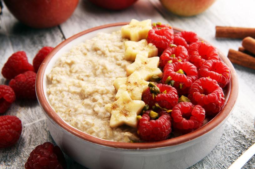 Kasza jaglana świetnie smakuje z owocami /123RF/PICSEL
