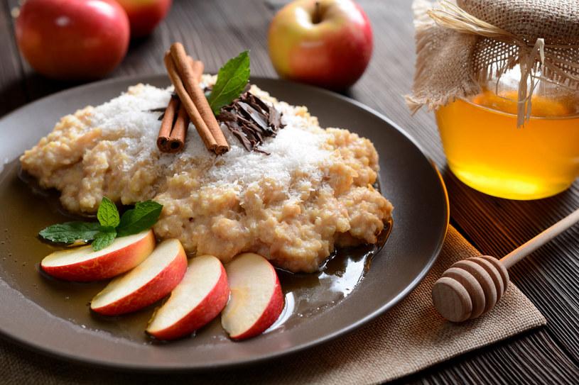Kasza jaglana z jabłkami /123RF/PICSEL