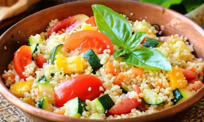 Kasza jaglana z warzywami /©123RF/PICSEL