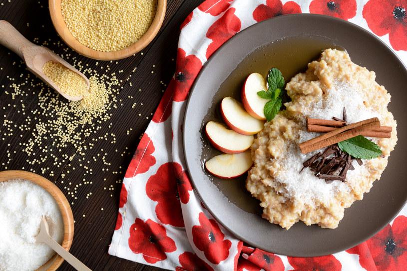 Kaszę jaglaną może jeść zarówno na słono jak i na słodko /123RF/PICSEL