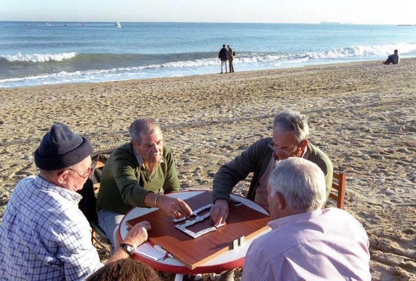 Katalończycy grający na plaży w Barcelonie, zdj. ilustracyjne /Krzysztof Wójcik /Agencja FORUM