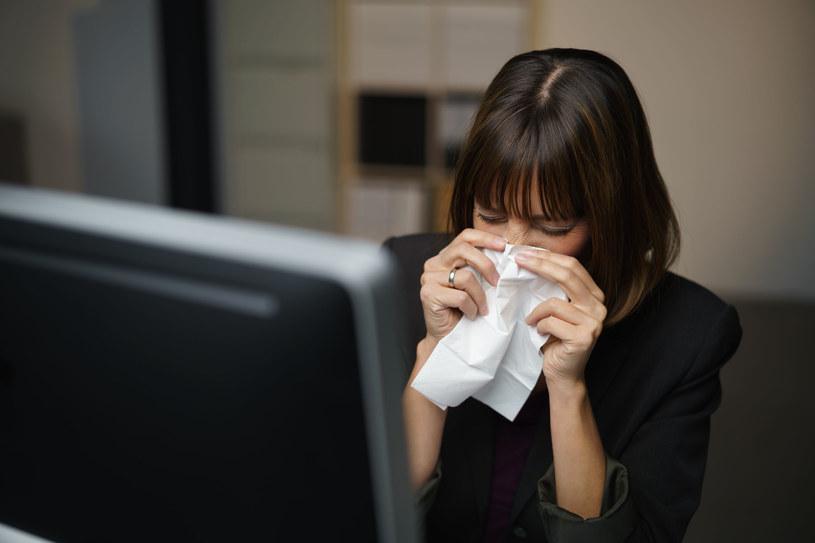 """Katar, kaszel lub ból gardła - to nie zawsze objaw zwykłej """"wirusówki! /123RF/PICSEL"""