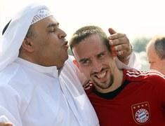 Katarski szejk czule całuje Francka Ribery'ego