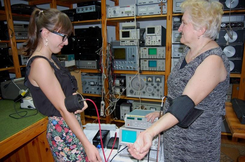 Katarzyna Chrapko, gimnazjalistka, która może zmienić oblicze światowej medycyny. Na zdjęciu praktyczny test urządzenia leczącego światłem /materiały prasowe