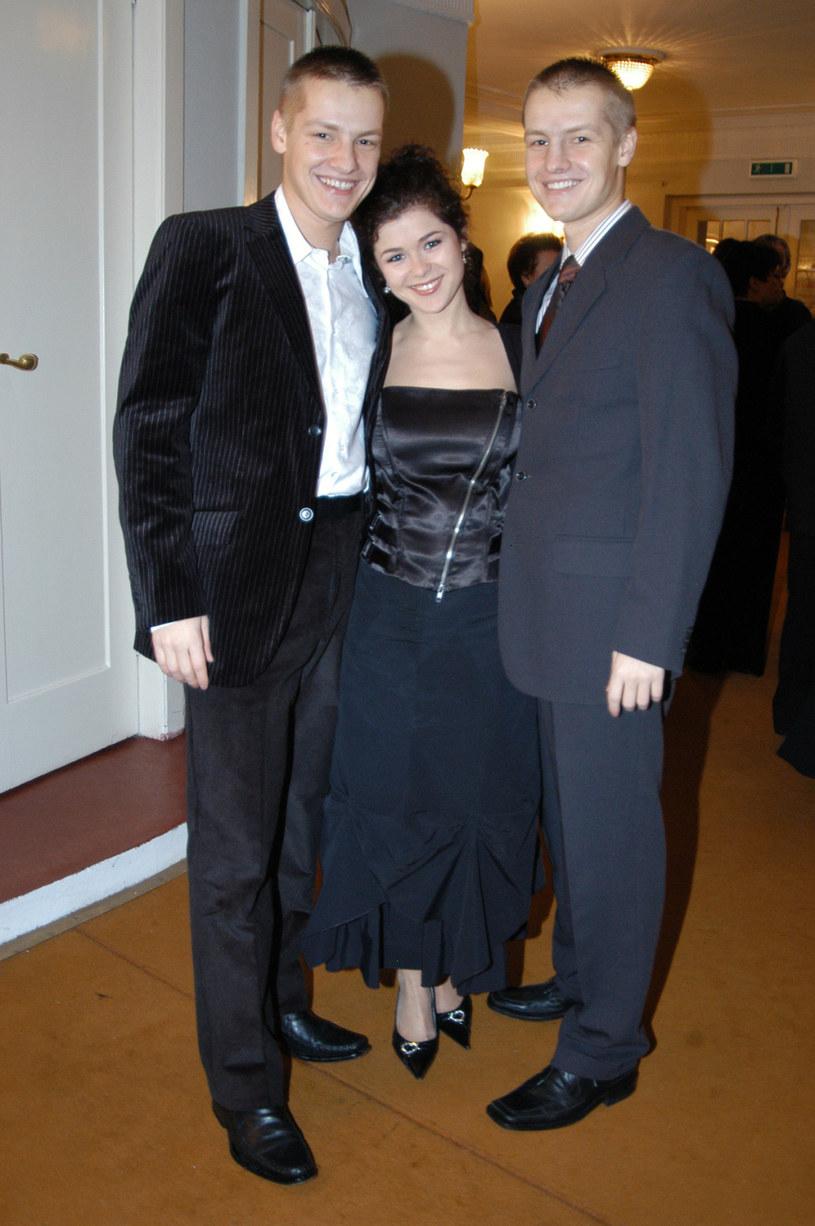 Katarzyna Cichopek z Marcinem Mroczkiem i Rafałem Mroczkiem podczas rozdania Telekamer w roku 2005 /Zawada /AKPA