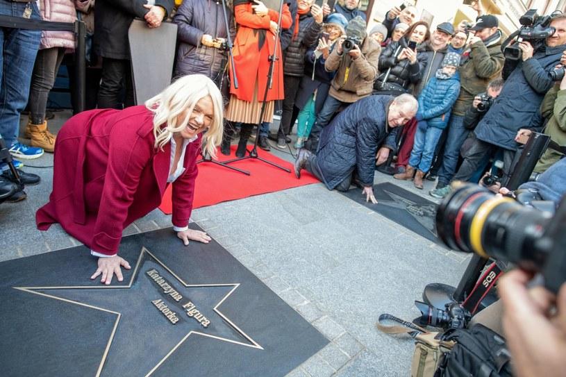 Katarzyna Figura pozuje do zdjęć przy odsłoniętej gwieździe z jej nazwiskiem w Łódzkiej Alei Gwiazd /Grzegorz Michałowski /PAP