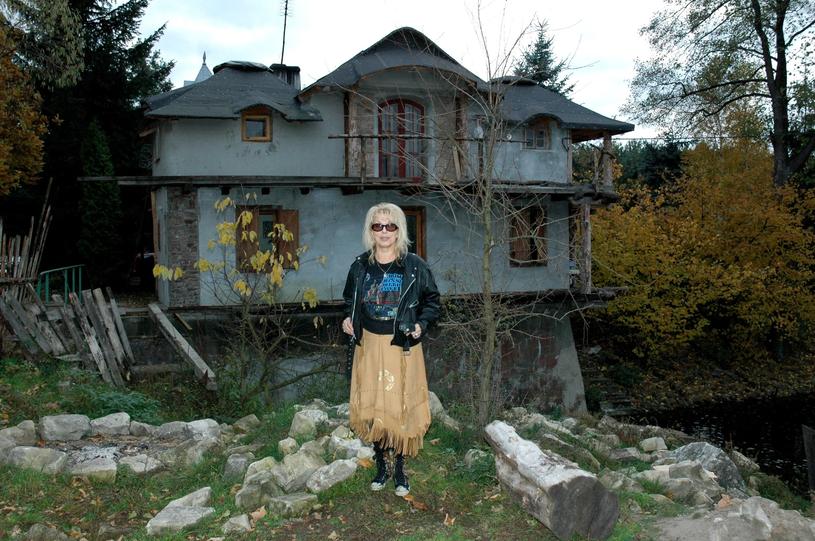 Katarzyna Gaertner i jej dom przed pożarem, fot. Marek Gorecki /East News