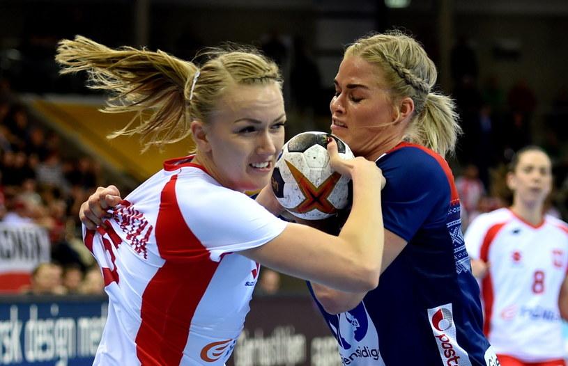 Katarzyna Janiszewska (z lewej) i Veronica Egebakken Kristiansen z Norwegii. Ta druga została najlepszą zawodniczką meczu /Marcin Bielecki /PAP