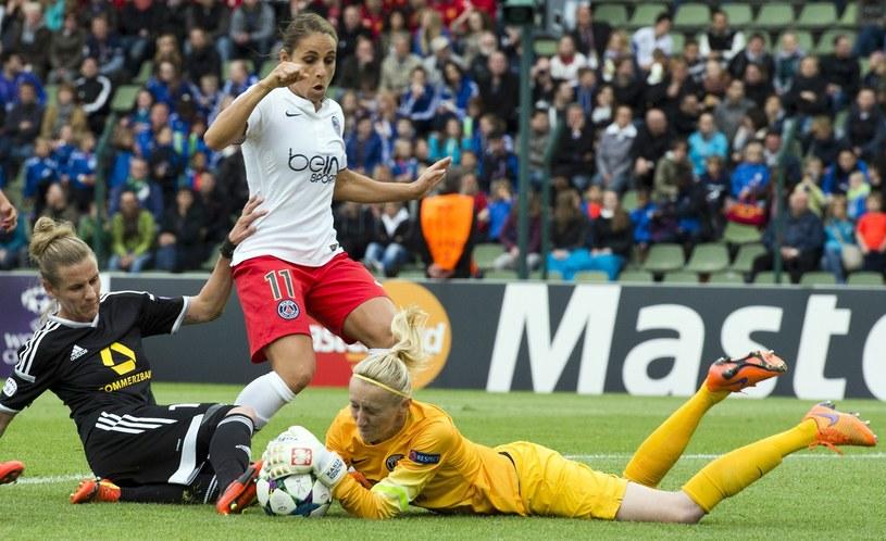 Katarzyna Kiedrzynek łapie piłkę podczas finału Ligi Mistrzyń /AFP