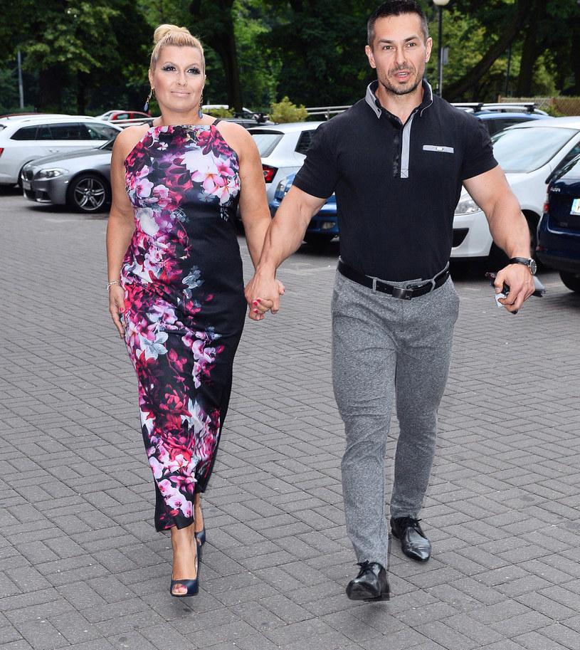 Katarzyna Skrzynecka i jej mąż wkrótce wyprawią córkę do szkoły. Czeka ich trudne rozstanie z dziewczynką /Jarosław Antoniak /MWMedia