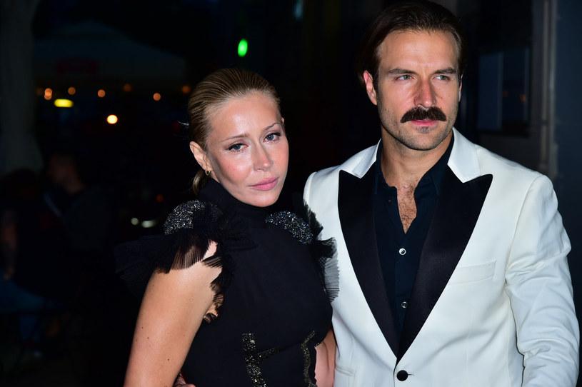 Katarzyna Warnke i Piotr Stramowski są jedną z najbardziej charakterystycznych par polskiego show-biznesu /Artur Zawadzki /Reporter