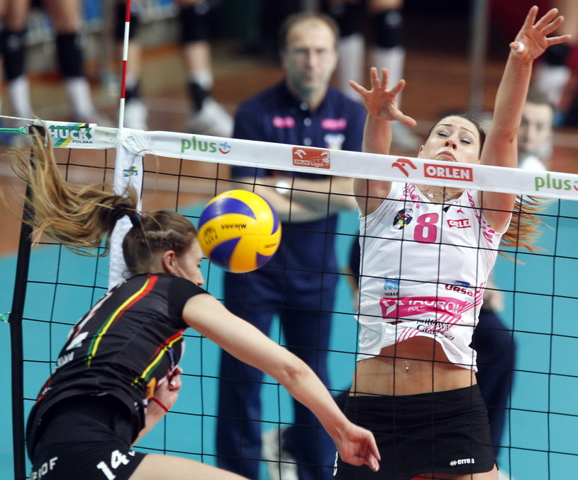 Katarzyna Zaroślińska blokuje atak Eweliny Sieczki /Fot. Andrzej Grygiel /PAP