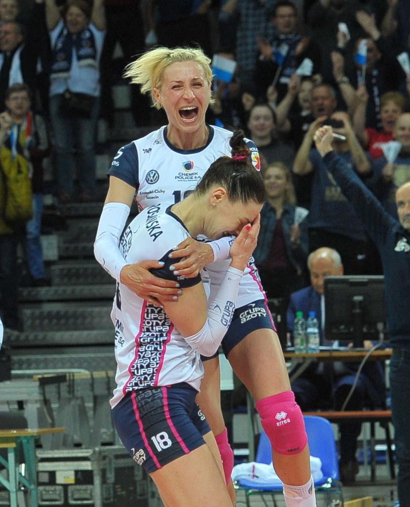 Katarzyna Zaroślińska i Aleksandra Jagieło cieszą się ze zdobycia złotego medalu /Fot. Marcin Bielecki /PAP