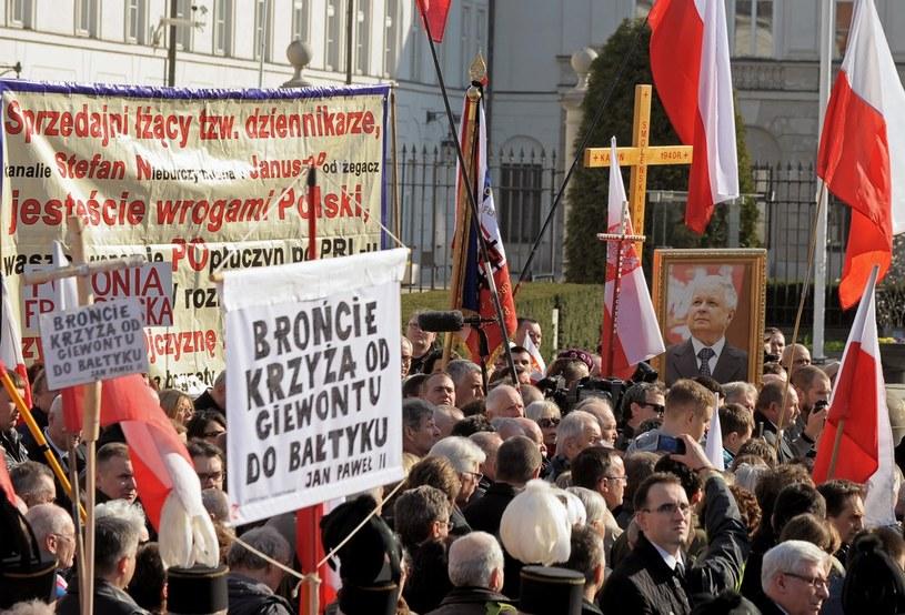 Katastrofa smoleńska jeszcze głębiej podzieliła polskie społeczeństwo /Jan Bielecki /East News