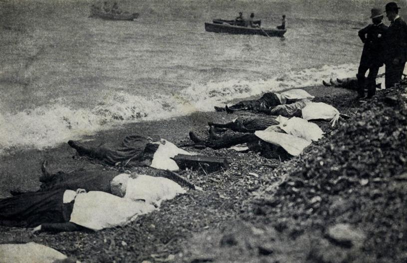 Katastrofa statku wycieczkowego General Slocum w Nowym Jorku. Martwe ciała wyłowione na brzegu wyspy North Brother Island na East River/ 15 czerwca 1904 r. /Everett Collection /Agencja FORUM