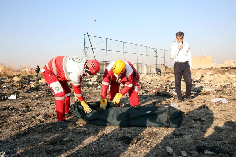 Katastrofa ukraińskiego samolotu w Iranie. Ratownicy zabierają zwłoki ofiary z miejsca tragedii. /Abedin Taherkenareh   /PAP/EPA