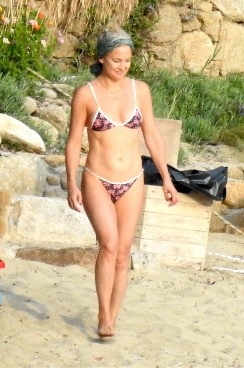 Kate Hudson w dwuczęściowym, skąpym kostiumie kąpielowym /SplashNews.com /East News