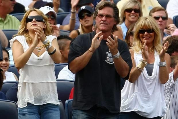 Kate Hudson z mamą Goldie Hawn i Kurtem Russellem na meczu drużyny Alexa, fot. Chris McGrath  /Getty Images/Flash Press Media